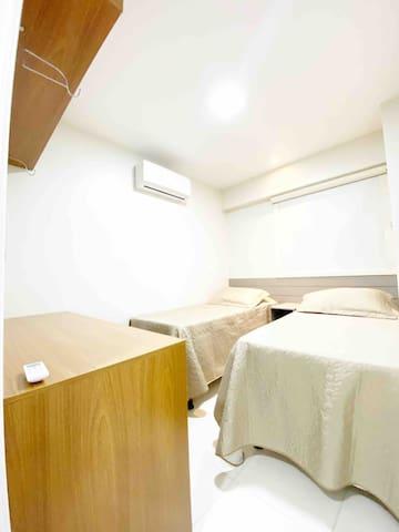 Quarto 02: equipado com 2 camas de solteiro. Temos cortina BlackOut
