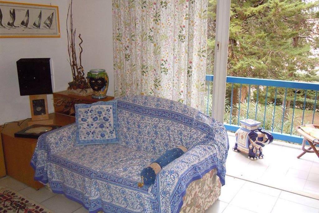 Angolo del vasto salone Living room
