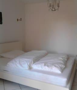 Schönes gemütliches Zimmer mit Terrasse - Wiesbaden