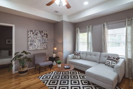 Casa Clare 2BR | Downtown Medical Center Stadiums