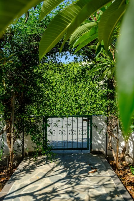 Open the gates to the perfect holiday relaxation... Welcome to our Sunshine House I Governors Beach