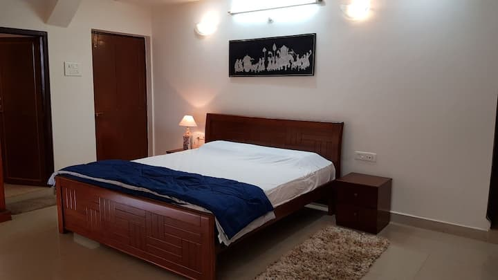 Large comfortable Room with balcony, Ponda