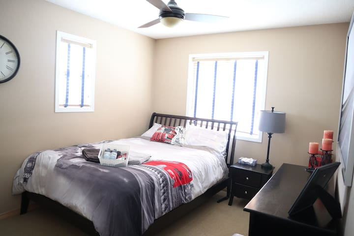 Quiet Private Room #2 ★ Lake ★ 20 Min Dtwn Calgary