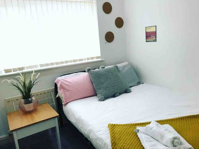 Cosy Quiet Bright double room with large wardrobe