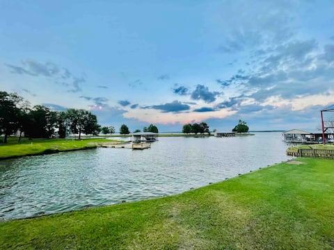 Beautiful Lakefront Retreat- hot tub + kayaks