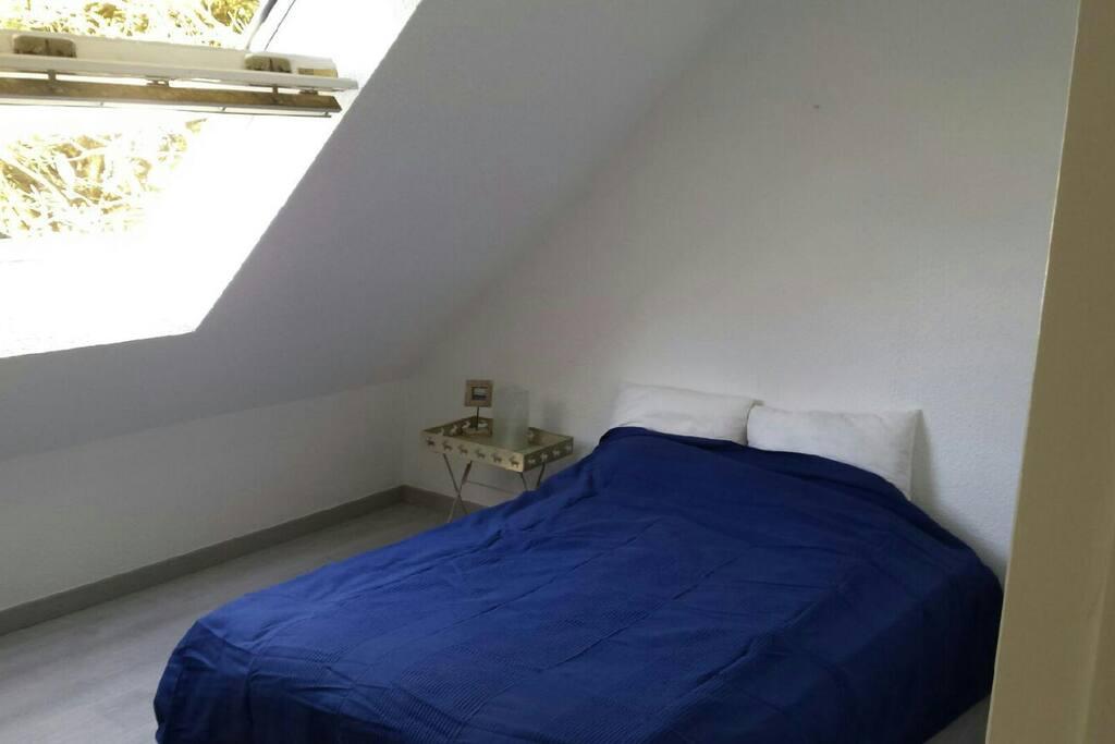 Chambre à l'étage, lit deux places, donnant sur le jardin avant