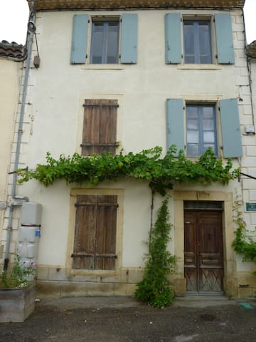 """1816"" spacious sunny village house with terrace - Bouriège - Bed & Breakfast"