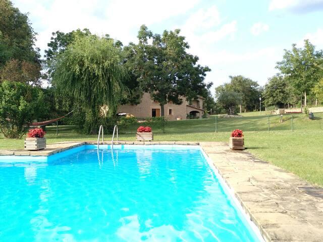 Masia rural amb llar de foc, animals i piscina