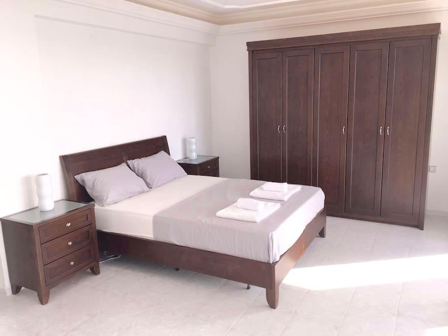 Großes Zimmer mit Bad en Suite und eigener Terrasse mit Blick auf das Meer