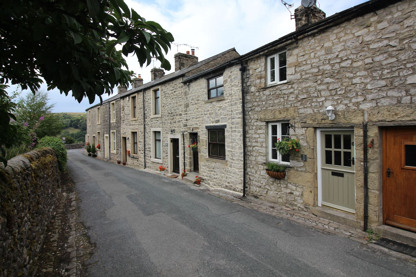 Located in the picturesque and tranquil village of Langcliffe. Just a short distance from the market town of Settle. A perfect place to relax and unwind with great walk and lots to explore straight from the front door.