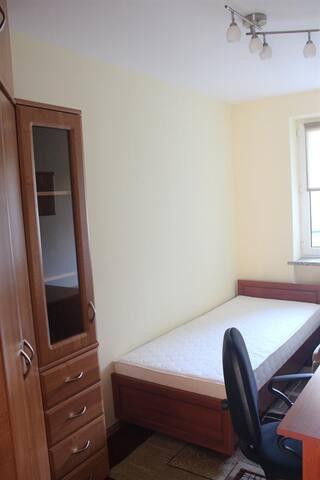 Diğer yatak odasında 2 tane yatak vardır ayrıca bir adet gardrop ve masa ve bilgisayar koltuğu bulunmaktadır