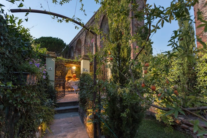 LA DIMORA DEI CONTI: Indulge in a Country Farmhouse Apartment with Jacuzzi Facing the Town!