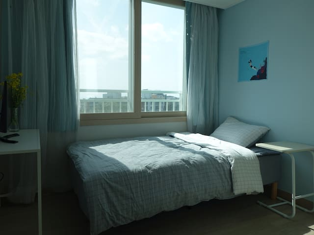Sunny Cozy Room near ICC (Homestay) - Jungmundong, Seogwipo-si - Pis