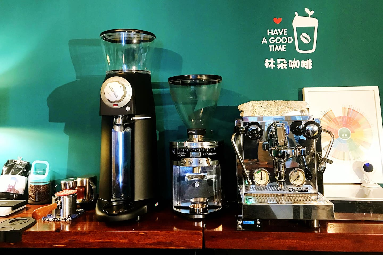 在林朵大理,我们有各种新鲜现烘的精品咖啡豆,有意大利ROCKET火箭R58专业意式咖啡机、有德国磨王迈赫迪顶级意式磨豆机、有西班牙COMPAK-R120顶级平刀磨豆机、还有各种专业的手冲装备......从制作到品尝,您享用的不仅仅只是一杯咖啡。