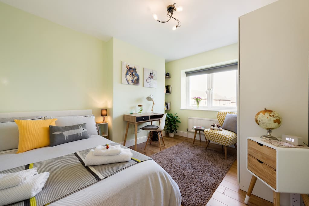 The room has recently been fully renovated, featuring a full working space setup.