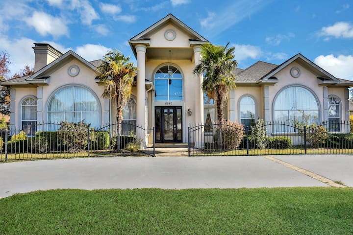 Luxurious home w/ fireplaces, a full bar, private pool, & patio - dogs OK!