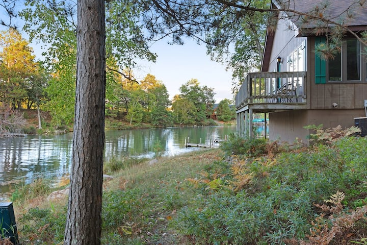 Dog-friendly villa w/ shared tennis court & boat dock on Chain of 28 Lakes!