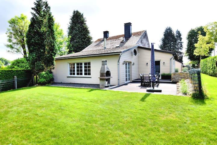 Moderna Casa de vacaciones en La Roche-en-Ardenne con jacuzzi