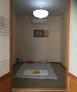 정갈하고 단아한 온돌방 - Maingyeteo-ro 40beon-gil, Mokpo-si - House