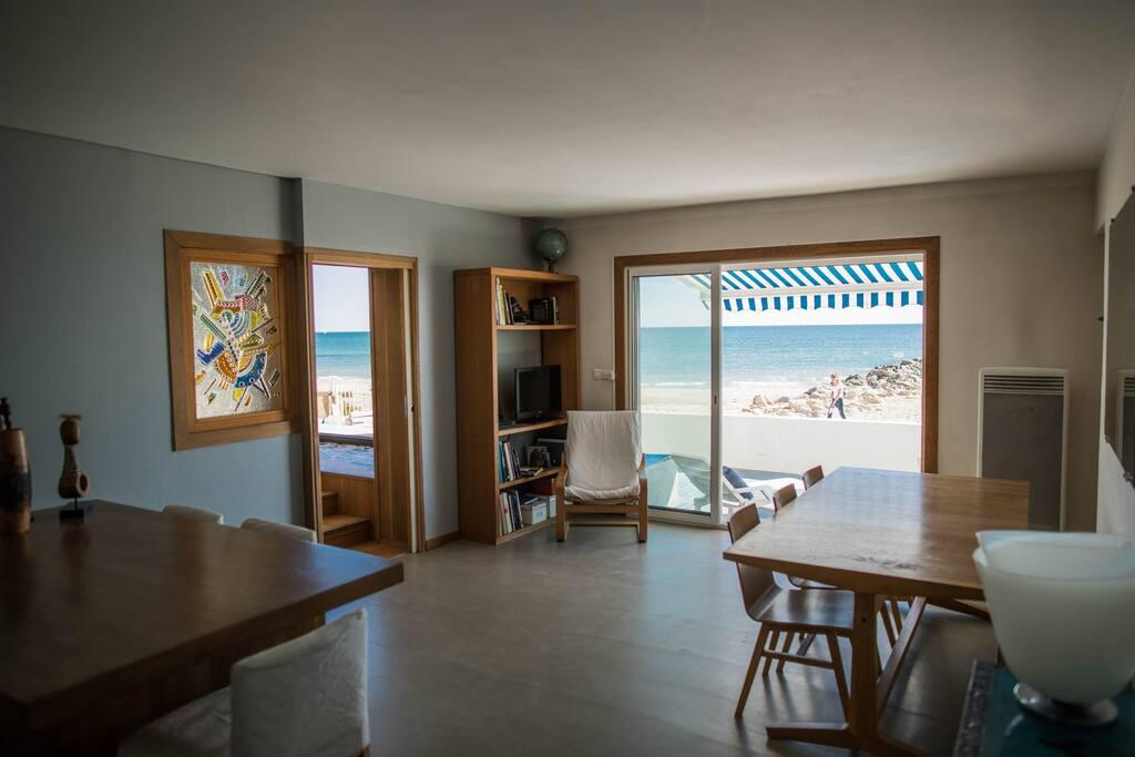 Salle de séjour, sol en béton ciré. Living room, polished concrete floor.