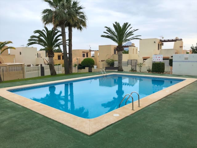 BUNGALOW CON PARCELA, PARKING Y PISCINA COMÚN