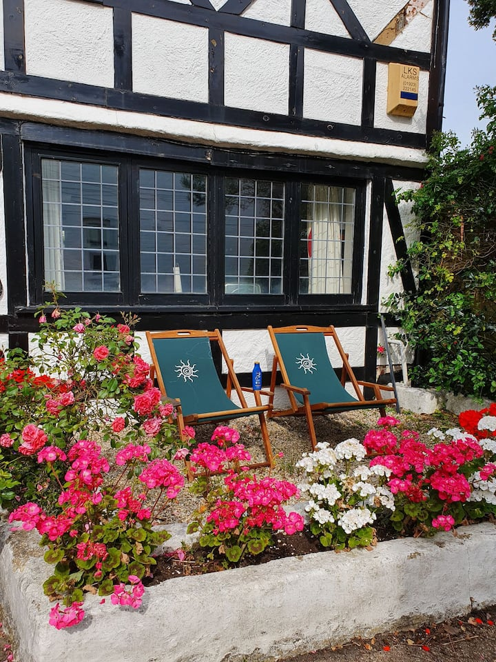 Bournemouth secluded cottage 10mins walk to beach