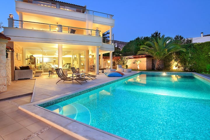 Luxury Villa with pool, 30m. from the beach