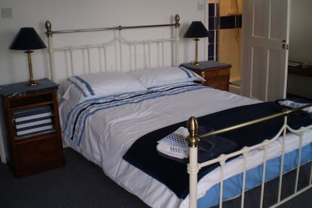 BEDROOM ENSUITE OWN ENTRANCE GREAT VIEWS  TERRACE - Ventnor - Lain-lain