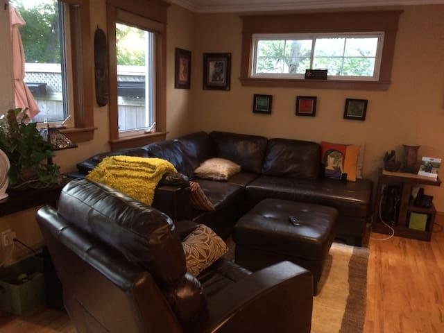 Large ( 500 sq ft) bedroom that sleeps 4 - Halifax - House
