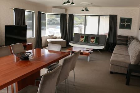 Quiet, comfortable, roomy and handy to everything - Tauranga - Hus