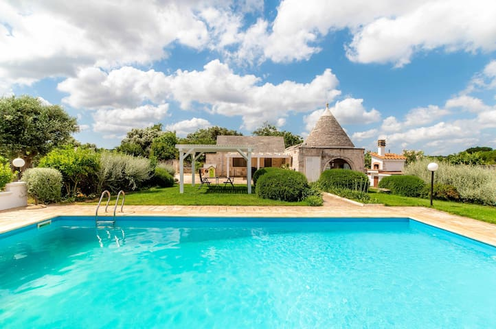 Trullo Rampone, trulli villa with private panoramic pool, garden, Wi-Fi