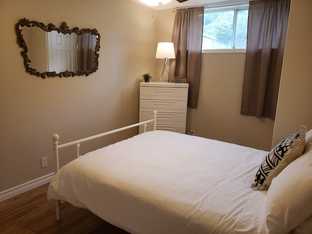Fresh, Clean and Cozy, Private 2bdrm Apartment!