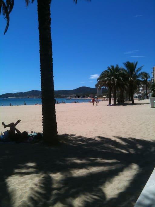LE LAVANDOU c'est 12 plages de sable fin et criques à visiter absolument ! ici, La grande plage du Lavandou