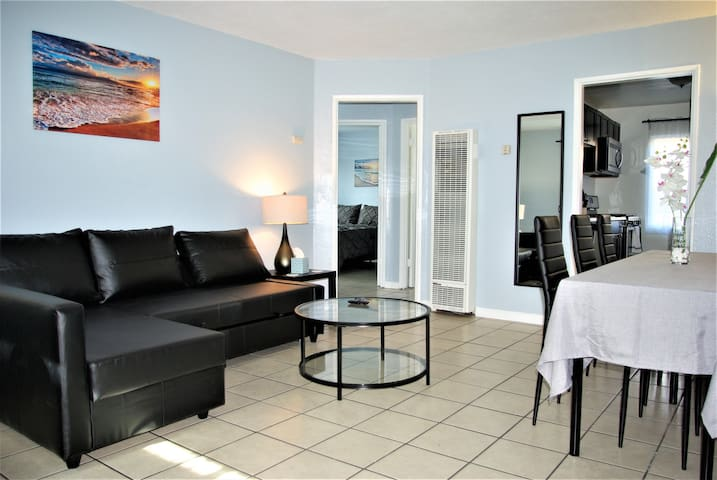 Apt #5, 2 bedroom / 1 bathroom, 8 min to Downtown!