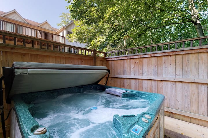 Home w/mountain views, hot tub, pool table, wet bar - Close to Lake activities!