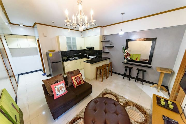 Stylish 1BR condo w balcony in Fort Bonifacio area