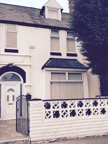 Modern, Refurbed large  5 Bed House - Salford - House