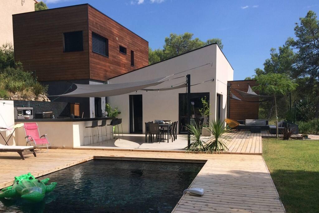 Villa en construction bois avec grande piscine et jardin