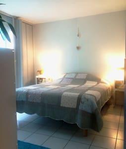 Chambre chaleureuse pour petit budget - Apartment