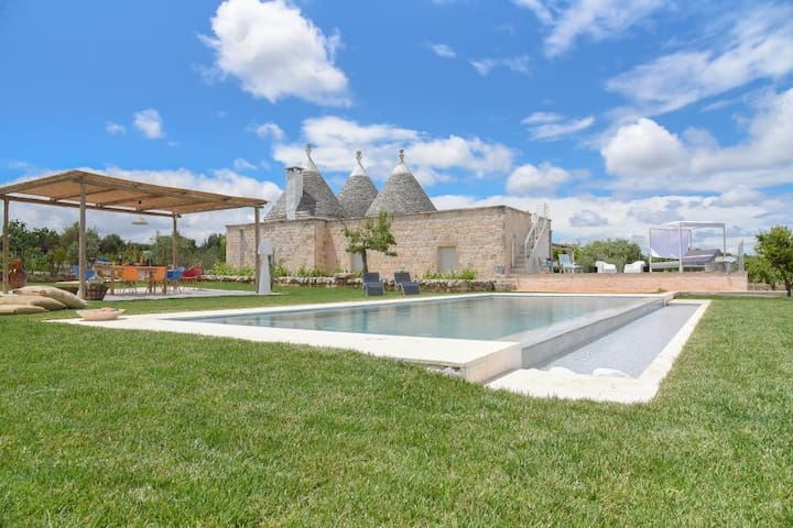 Fantastic Trulli Home with Wi-Fi, Air Conditioning, Infinity Pool and Garden; Parking Available