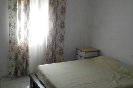 Habitación  con baño independiente - Espartinas - Chalé