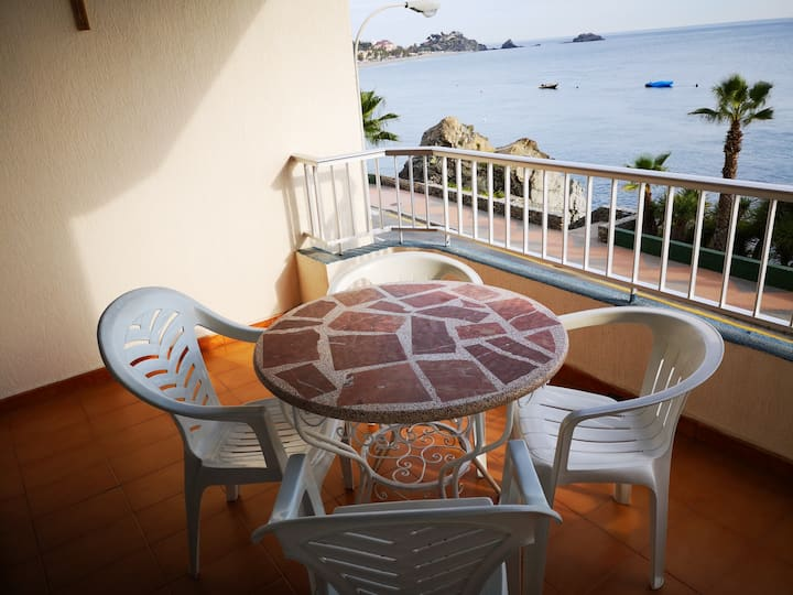 Seafront bright apartment, pool, air-con, wifi