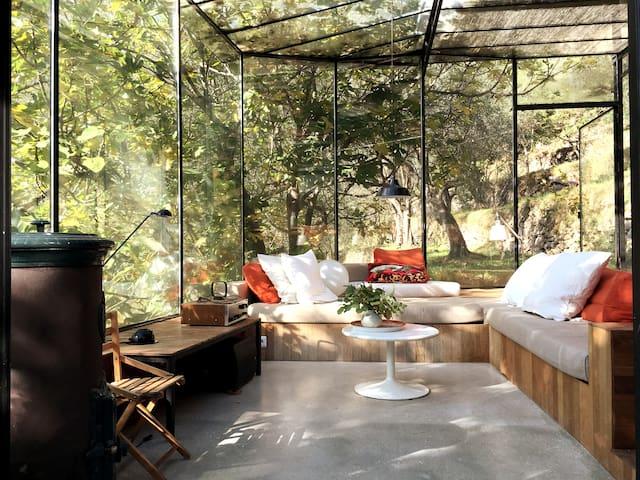 Maison suspendue dans la nature
