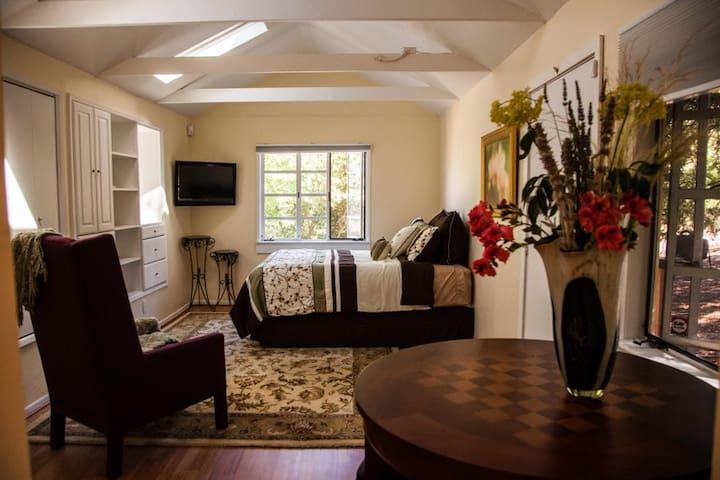 Peaceful, light filled Orinda cottage
