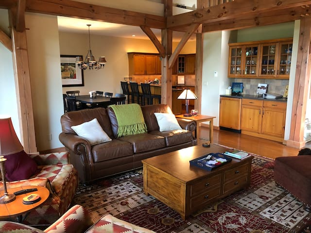 ON MOUNTAIN - 4 BED, 4 BATH RETREAT!