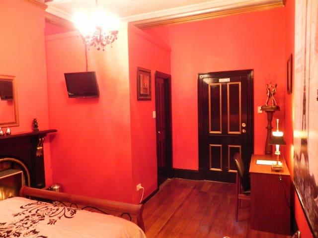 Queen en-suite the Red room number 4