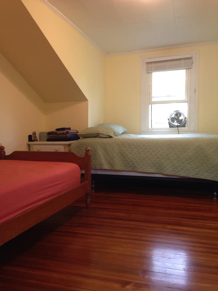 Downtown House: Small guest room