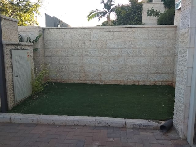 small garden + parking