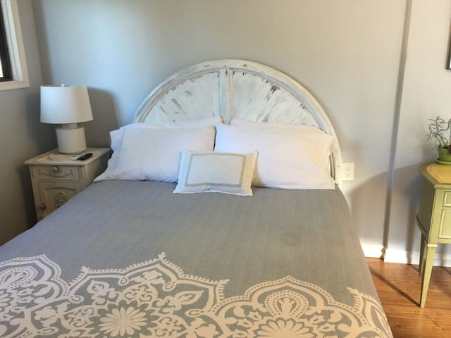 Semi orthopedic queen bed, 4 pillows, 2 with feathers and 2 allergic free poly. Double cotton linens.