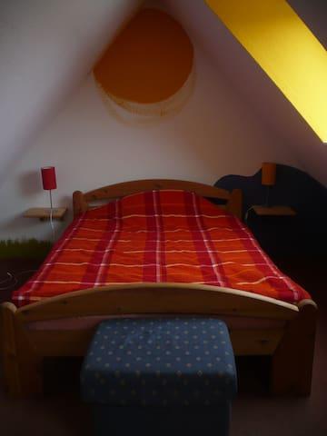 Gemütliches Dachgeschoßzimmer mit Küche und Bad - Münster - Rumah
